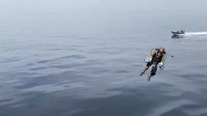 El piloto en pleno vuelo. (captura de video)