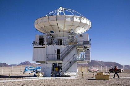 La imponente antena del radiotelescopio submilimetrico APEX instalado en Chajnantor, Chile. El radiotelescopio LLAMA es similar, y así se verá en la puna salteña