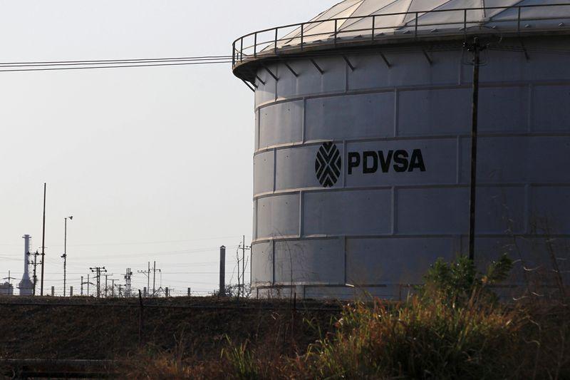 El logotipo corporativo de la petrolera estatal PDVSA se ve en un tanque en una instalación petrolera en Lagunillas, Venezuela, Enero 29, 2019. REUTERS/Isaac Urrutia