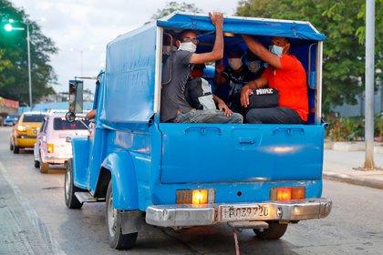Personas utilizan mascarillas en un transporte privado que funciona como taxi este sábado en La Habana (Cuba). Cuba registró este sábado un ligero repunte en los contagios diarios de COVID-19, con 22 nuevos casos confirmados para un total de 1.862 positivos hasta la fecha, el tercer día consecutivo sin muertes, informó el Ministerio de Salud Pública (Minsap) de Cuba. EFE/Yander Zamora