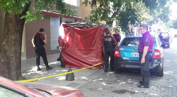 Efectivos de la policía y bomberos se encuentran trabajando en la puerta de la casa de Rocío (Crédito: Intrusos)