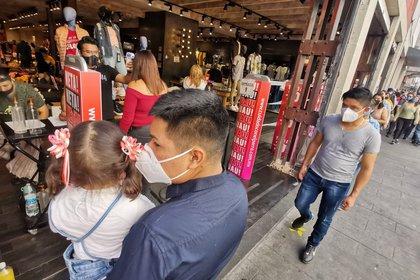 Ciudad de México, 15 de noviembre de 2020. En algunas tiendas de venta de ropa y departamentales del Centro Histórico se observaron gente formada para ingresar.