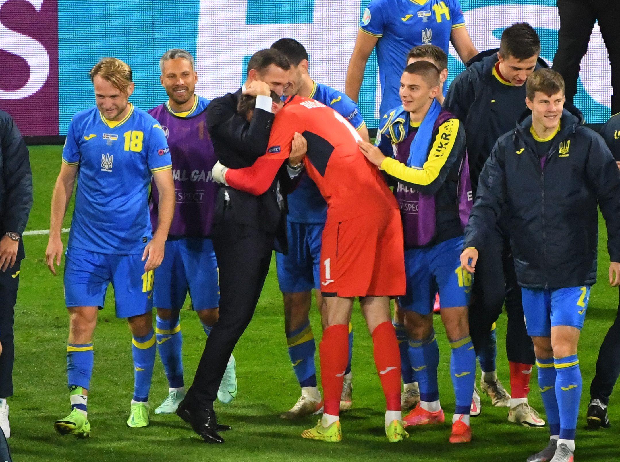 Shevchenko festejando con sus jugadores tras eliminar a Suecia en los octavos de final de la Euro.