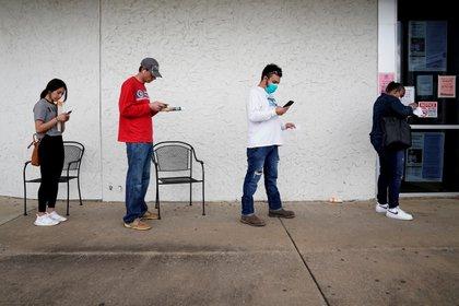 Fila para solicitar el subsidio en Arkansas (Reuters)