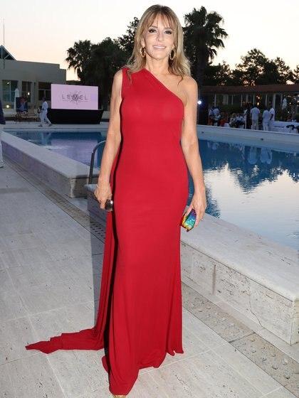 Patricia Della Giovampaola y un espectacular vestido colorado para asistir al Six O' Clock Tea