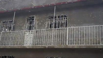 A su paso los sicarios dejaron tiros en las paredes de las casas (Foto: YouTube)