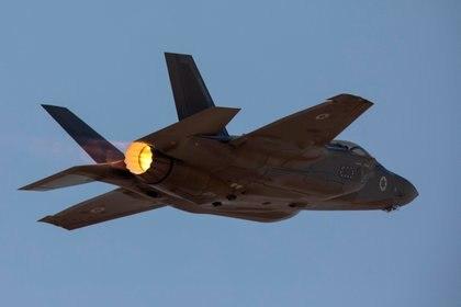 FOTO DE REFERENCIA: un avión F35 israelí en pleno vuelo durante un ejercicio en la base aérea militar de Ovda, al sur de Israel, el 11 de noviembre de 2019 (REUTERS/Amir Cohen)