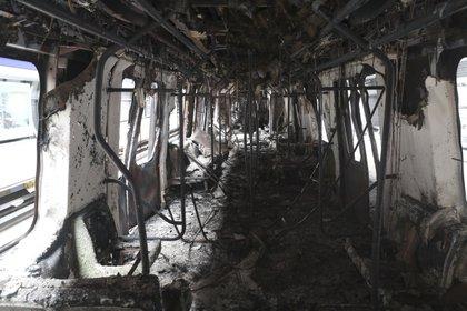 El interior de los vagones incendiados