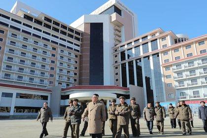 KCNA también publicó fotos e información de una visita de Kim, en compañía de su hermana Kim Yo-jong entre otros cargos del régimen, a la cercana localidad de Samjiyon, donde se está levantando una zona turística