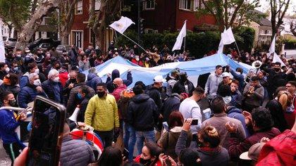 La movilización de apoyo a Alberto Fernández en la residencia de Olivos