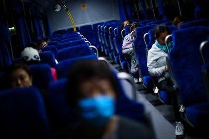 Al respecto, se han tomado diversas medidas sanitarias al interior del transporte público de la Ciudad de México, tanto autobuses, microbuses, taxis o combis, hasta el Sistema de Transporte Colectivo Metro, Metrobus, entre otros (Foto: REUTERS/Edgard Garrido)