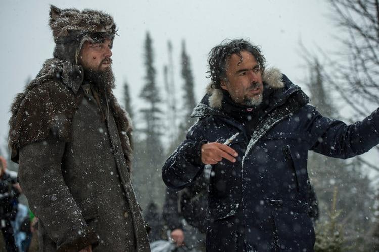 """Iñárritu, a la derecha, junto a Leonardo DiCaprio en el set de """"El renacido"""" Foto: Kimberley French/20th Century Fox"""