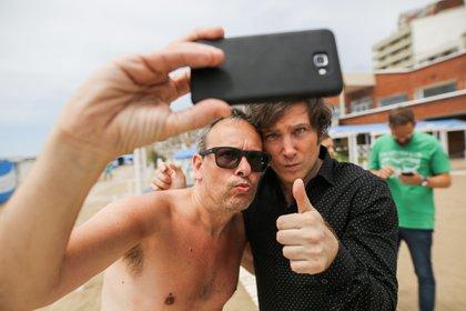 El economista Javier Milei posa para una foto con un admirador (Foto: Christian Heit)