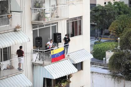 El músico Zandu Montoya habla desde su balcón durante la cuarentena impuesta por el coronavirus (REUTERS/Manaure Quintero)