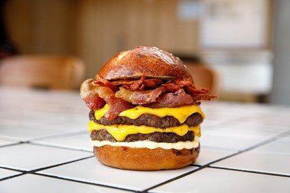 Williamsburg, propone doble carne, cheddar, panceta grillada, cebolla morada crispy, mayonesa ahumada y pan buns