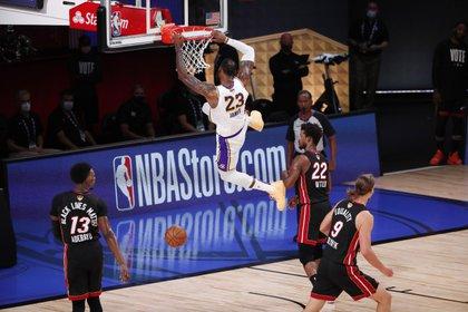 El jugador de los Lakers de Los Ángeles LeBron James realiza una volcada ante los Heat de Miami durante el sexto partido de las finales de la NBA (EFE/Erik S. Lesser)