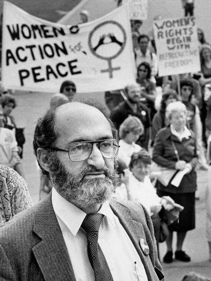 Morgentaler, en una de las protestas de mujeres, reclamando la legalización del aborto