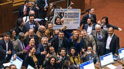 Los festejos en el recinto por la Ley de Identidad de Género en Chile (AFP)