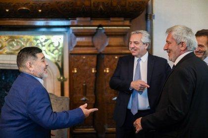 El presidente Alberto Fernández y Claudio Ferreño, presidente del bloque de legisladores porteños del Frente de Todos, que también se sumó a la reunión con Diego Maradona en Casa Rosada