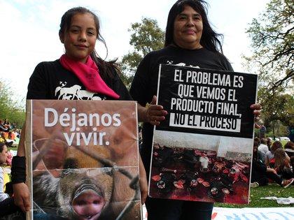 Juntas por una causa: Chula junto a su mamá Claudia muestran los carteles que piden acabar con la explotación animal. Lo hicieron en la Marcha por los derechos de los animales del domingo 23 de septiembre. (Daiana Loffreda)