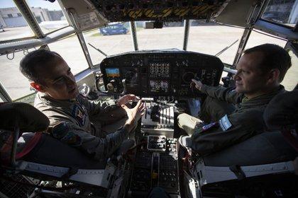 El Vicecomodoro Néstor Bruneta y el Capitán Mauricio Vela, protagonistas de los dos últimos vuelos de repatriación de ciudadanos argentinos procedentes de Ecuador.