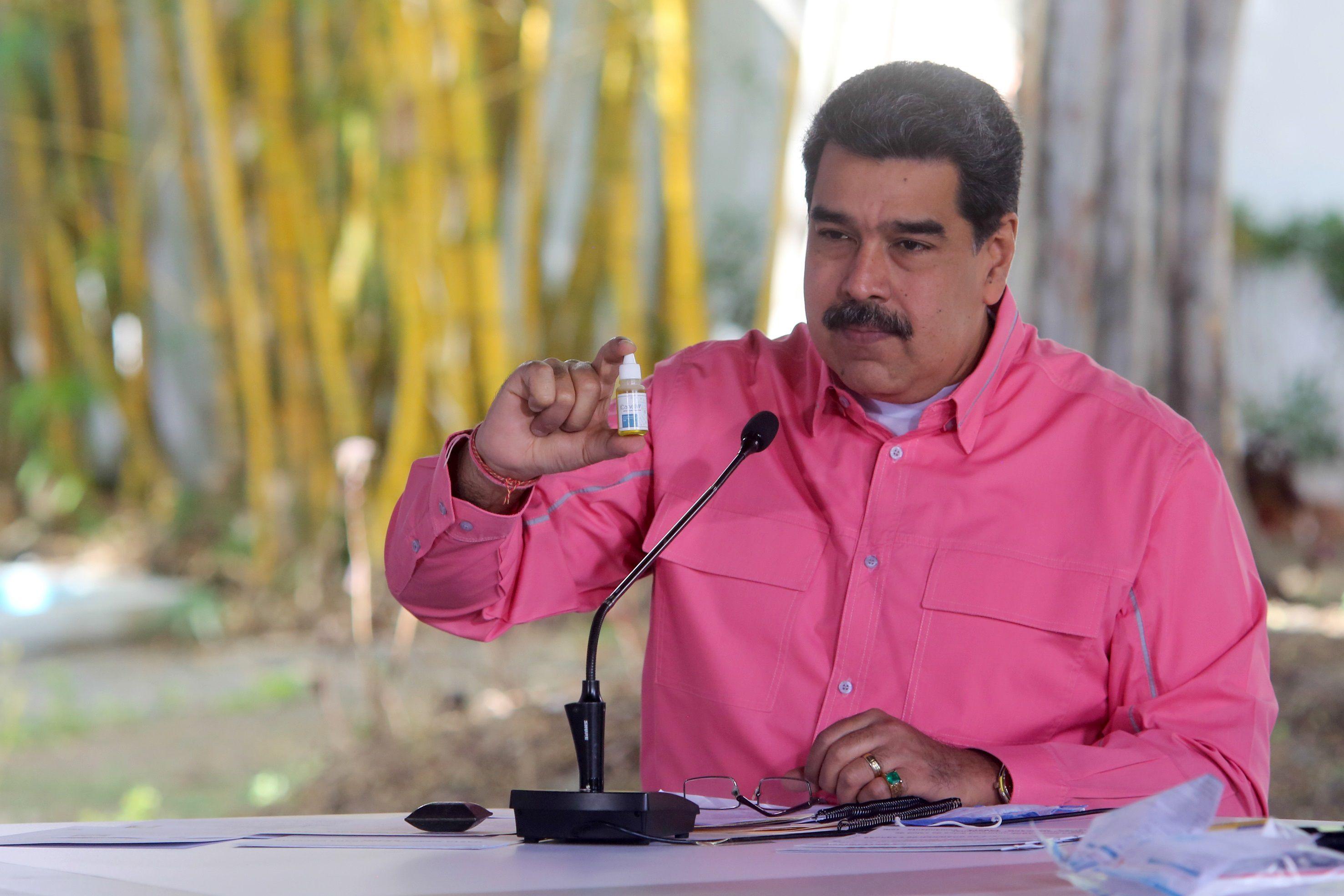 Fotografía cedida por prensa Miraflores que muestra al presidente de Venezuela Nicolás Maduro, mientras sostiene un envase del fármaco Carvativir durante una alocución hoy en Caracas (Venezuela) EFE/Prensa Miraflores