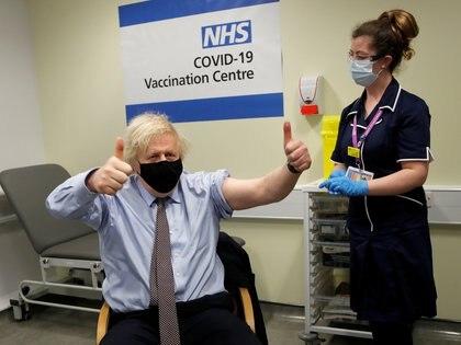 El primer ministro Boris Johnson celebra tras recibir una dosis de la vacuna Oxford/AstraZeneca contra el COVID-19 en Londres, el 19 de marzo de 2021 (Frank Augstein/Pool vía REUTERS/File Photo)