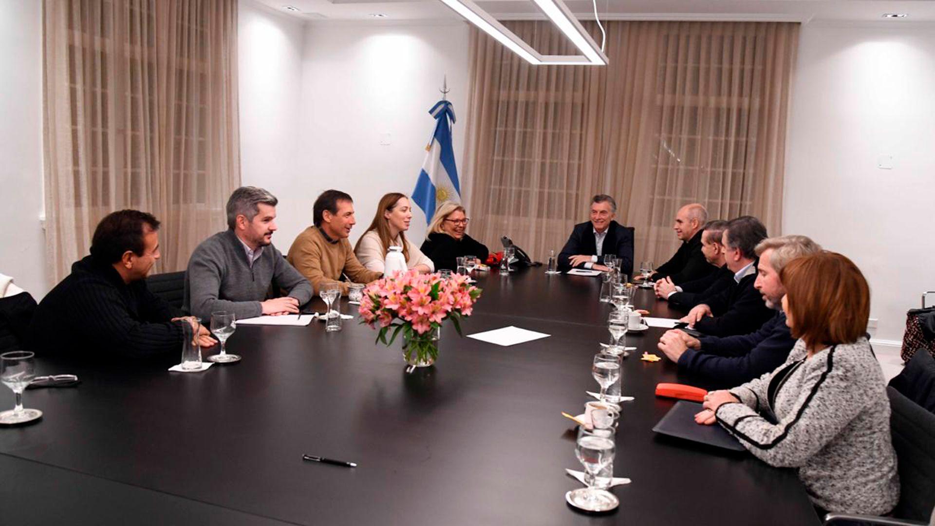 Mesa de gobierno ampliada con Mauricio Macri en la cabecera (Presidencia)