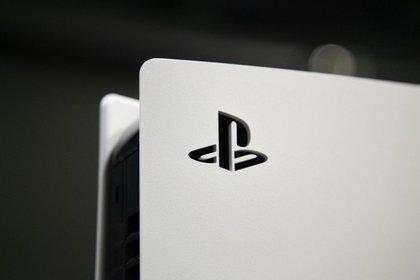 La PlayStation 5 está pensada para ser presentada de manera vertical e incluye una base para hacerlo  Foto: Santiago Saferstein