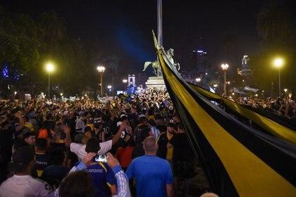 Una multitud comienza a reunirse fuera de la Casa Rosada, que abrirá un velotorio público para el astro del fútbol Diego Maradona, en Buenos Aires, Argentina. 25 de noviembre de 2020. REUTERS/Martin Villar