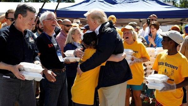 Donald Trump repartió comida en las zonas golpeadas por el huracán Florence (Reuters)