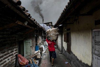 Humo negro de un horno que quema plásticos para la producción de tofu (Ulet Ifansasti/The New York Times)