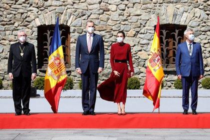 Los reyes Felipe y Letizia junto al arzobispo de Urgell, Joan Enric Vives (i), y  el representante de Francia, Patrick Strzoda (d), posan ante la Casa de la Vall, a su llegada Andorra la Vella, en el primer día de su visita de Estado de dos días a Andorra, la primera que protagoniza un monarca español al país pirenaico. EFE/ Juanjo Martín