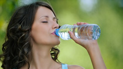 Tomar dos litros de agua por día es un buen hábito para que estén lubricadas las cuerdas vocales (Shutterstock)