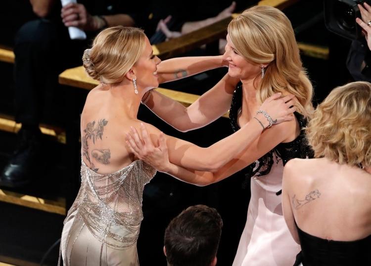La felicitación de Scarlett Johansson a Laura Dern por su Oscar como mejor actriz de reparto. Competían en esa categoría -Scarlett, nominada por