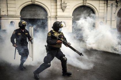 La represión contra los manifestantes en Perú dejó dos muertos, decenas de heridos y más de 40 personas desaparecidas (Photo by ERNESTO BENAVIDES / AFP)