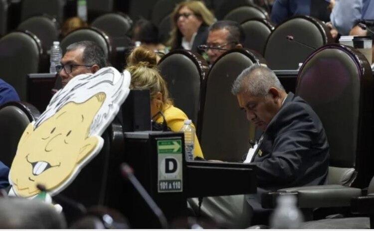 Fue al final de la discusión, cuando Huerta Martínez usó su curul para tomar una siesta frente a todos sus compañeros (Foto: especial)