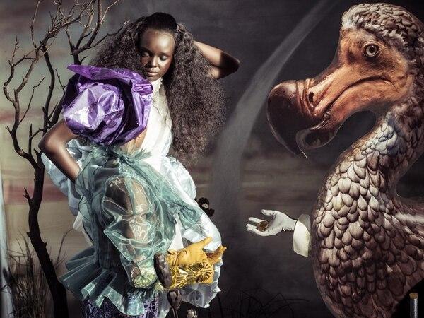 """La espléndida modelo sudaneso-australiana Duckie Thot en una imagen exclusiva de """"Alicia"""" que no se incluyó en la versión final del calendario Pirelli. (Gentileza Pirelli)"""