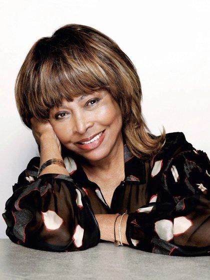 """Tina Turner acaba de publicar su tercer libro, Happiness Becomes You (La felicidad te sienta bien), """"una guía para cambiar tu vida para siempre"""", según lo subtituló (Vera Tammen/ Trunk Archive)"""