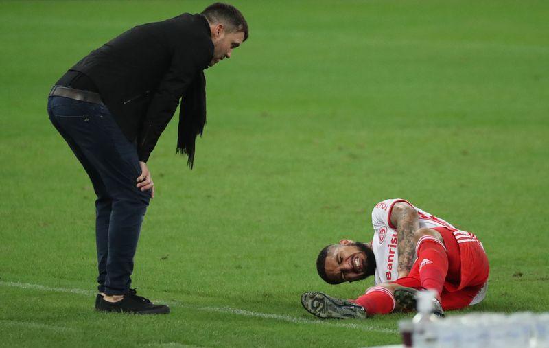 El entrenador Eduardo Coudet mira al delantero peruano Paolo Guerrero, lesionado durante el partido disputado por el campeonato Brasileiro entre Fluminense e Internacional en el estadio Maracaná, Río de Janeiro, Brasil. (Reuters)
