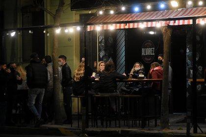 Los bares y cervecería no esperaron al lunes y empezaron a recibir clientes durante el fin de semana (Foto: Nicolas Stulberg)