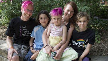 Stormcon el pelo retocado del mismo color que su padre, David Stocker, junto a sus hermano Jazz, su madre, Kathy Witterick, y Kio, de identidad no-binaria.