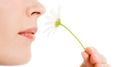 La pérdida de olfato, o anosmia, puede ser un síntoma prematuro de COVID-19, que motive la consulta al otorrinolaringólogo (Shutterstock)