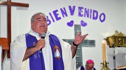Gabriel Coon, el párroco de 51 años que recibió la vacuna (@MARCELOFAVAOK)