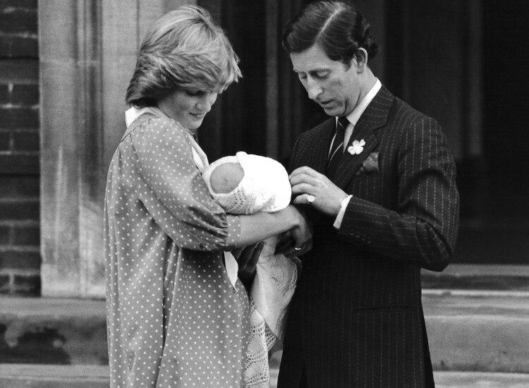 El 21 de junio de 1982, Diana y Carlos presentaron al príncipe William, su primer hijo