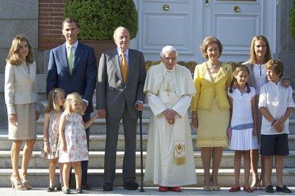 Agosto de 2011. El rey Juan Carlos posa junto al papa Benedicto XVI y toda su familia en el Palacio de la Zarzuela, Madrid (Shutterstock)