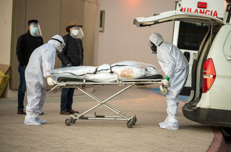 Personal funerario traslada a una persona fallecida por la Covid-19 hoy, en el Hospital General de Zona, en la ciudad de Saltillo (México). EFE/ Miguel Sierra