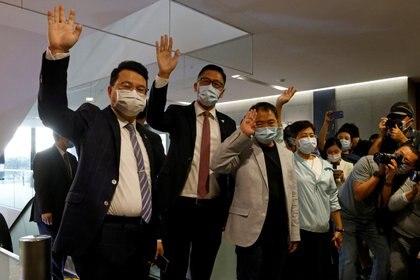 Legisladores opositores de Hong Kong tras presentar su renuncia para protestar por el creciente control de Beijing sobre el legislativo local (REUTERS/Tyrone Siu/archivo)