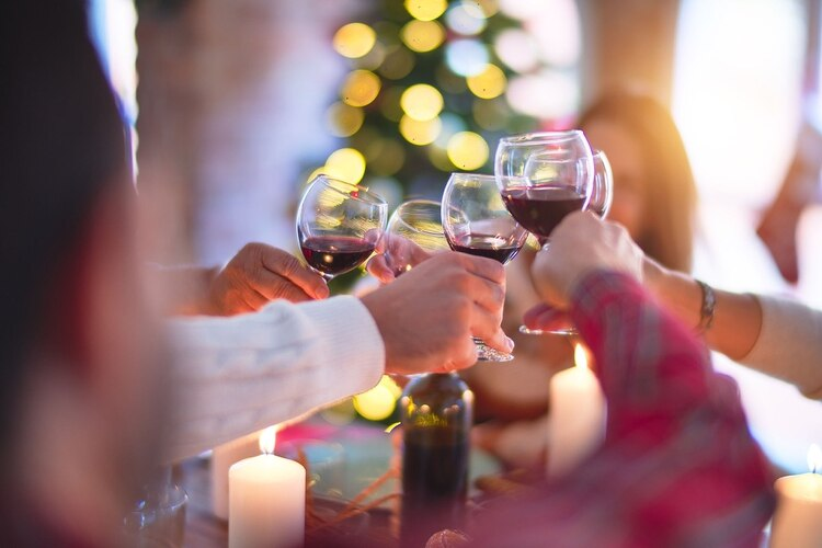 Beber en exceso puede provocar alteración de los niveles de azúcar en sangre, aumentar la frecuencia cardiaca y la tensión arterial (Shutterstock)