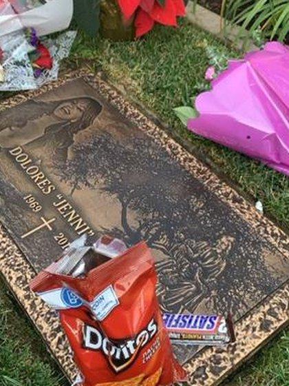 Doritos, Snickers y cerveza, la ofrenda de su hijo a Jenni (Foto: Captura de pantalla)